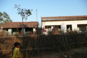 rechts das bisherige Haus des Heimes